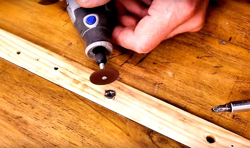 Если у вас есть дремель, а это очень полезный в мастерской инструмент, проблему решить можно довольно легко. Возьмите маленький отрезной круг и сделайте новую шлицу под обычную отвёртку, просто достаточно глубокую прорезь, чтобы вставить инструмент