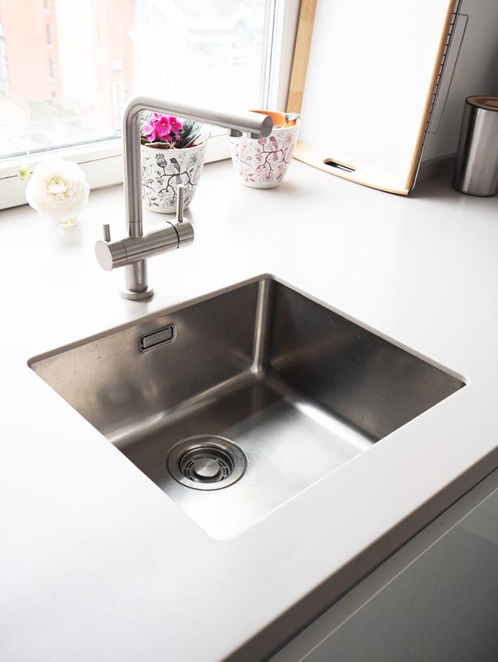На кухне установлена подстольная мойка из нержавеющей стали