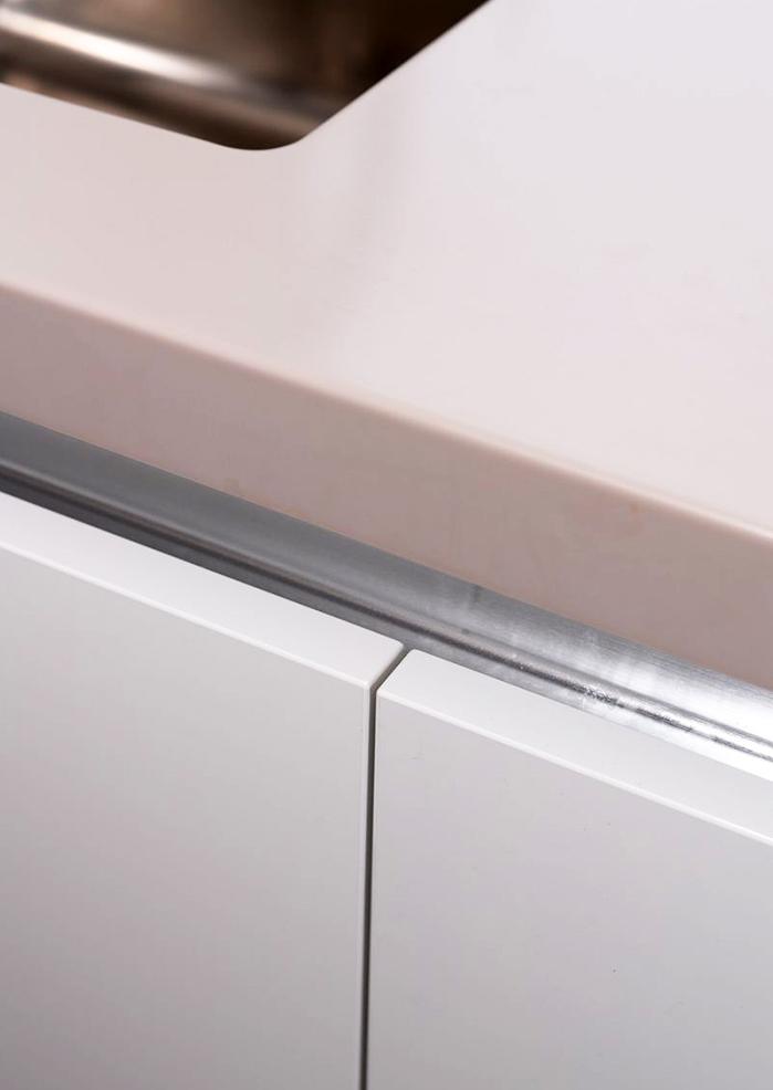 Шкафчики кромированы немецким профилем Rehau