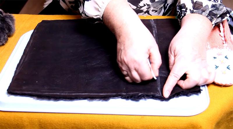 Разметка делается обычным мылом, после чего в работу вступает бритвенное лезвие