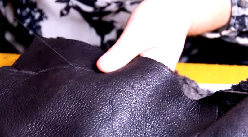По отмеченной линии прошивается верх тапочек, после чего останется оформить только носочек
