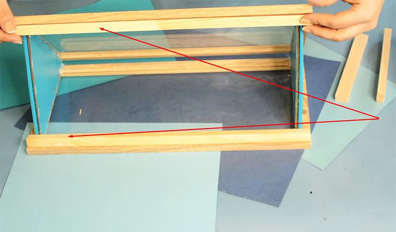 Рамка снизу будет направляющей, чтобы крыша вставала на стены ровно