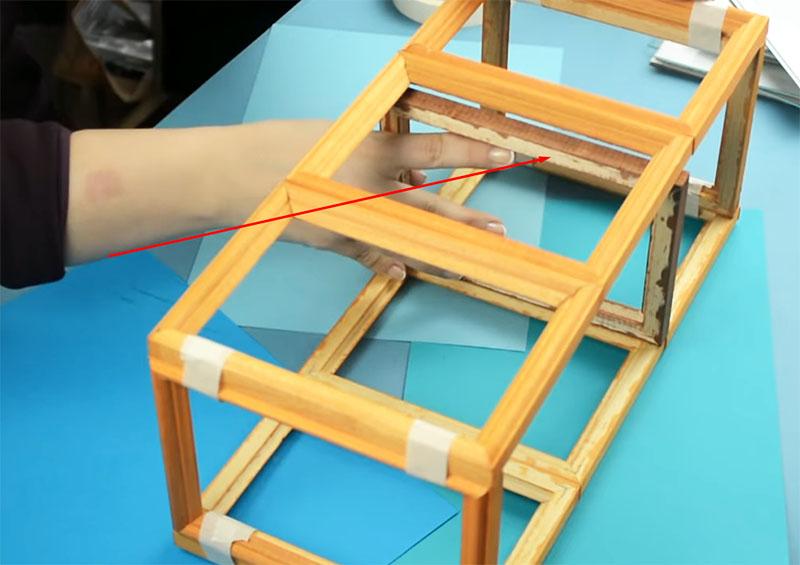 Рамка по центру не даёт длинным стенам провиснуть, пока клей не высох