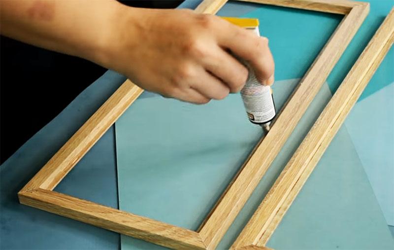 Сначала вклеиваются стёкла, и лишь после этого собирается крыша