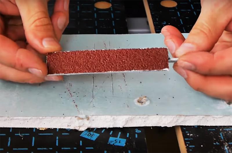 Теперь нужно только вырезать кусок наждачного полотна и поместить его на насадку. Для шлифовки можно использовать полотно с разным размером зерна, более тонкую работу делают просто кусочком кожи
