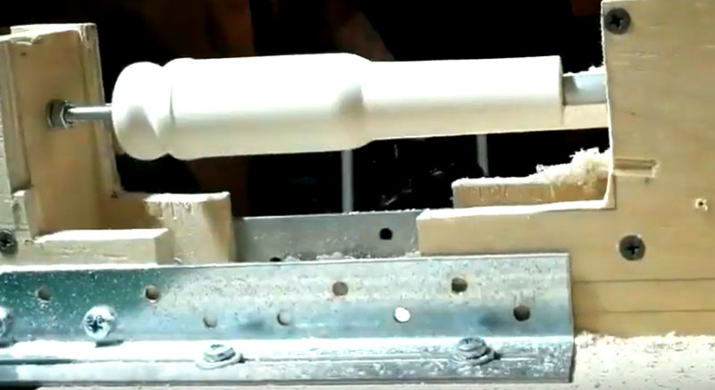 Чтобы сделать подходящее расширение, нужно изготовить развальцовку, или чопик из деревянного бруса. Широкая часть чопика должна соответствовать диаметру трубы пылесоса и иметь конусообразную структуру для равномерного и постепенного расширения пластика