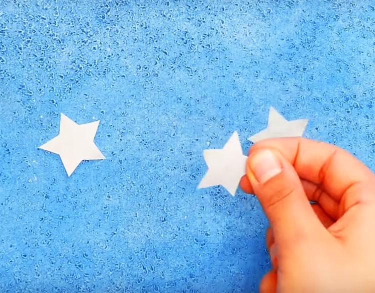 Нарежьте из малярного скотча фигурки вроде звёздочек, ромбов или кругов