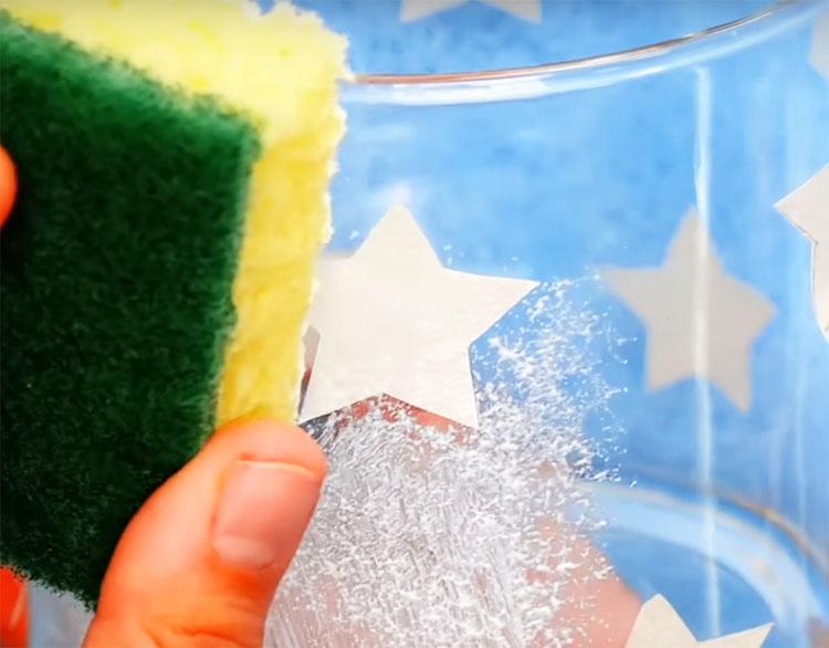 Теперь нанесите пасту на стакан, слегка прижимая губку к её поверхности