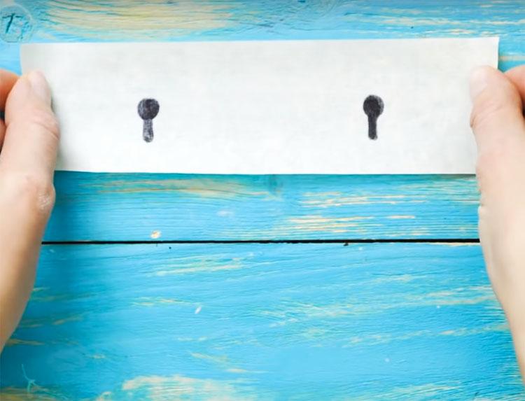 Закрепите скотч на стене в том месте, где вы планируете расположить своё устройство