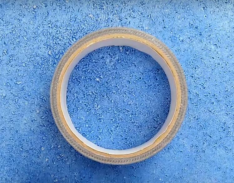 В этом варианте липкой конструкции вам потребуется не только сама лента, но и туба от неё