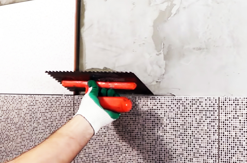 Сначала клей наносится на стену, из него выгоняется весь воздух