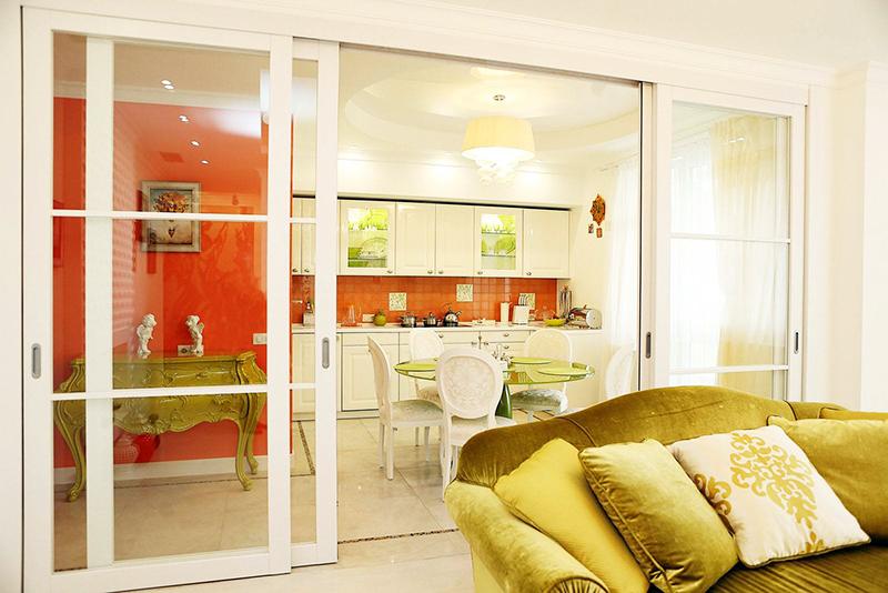 Используйте стеклянные перегородки для объединения комнат и увеличения свободного места. В идеале, они должны не раскрываться вперёд или назад, а сдвигаться в стороны – это позволяет сэкономить место в небольшом помещении