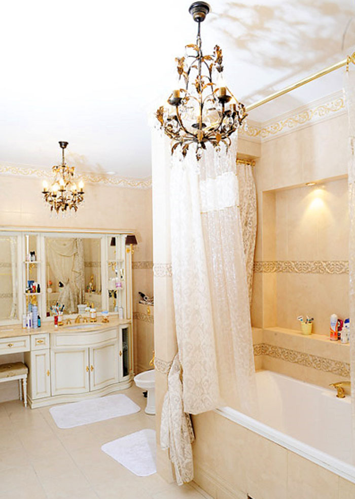 Возле умывальника установили небольшой туалетный столик с огромным зеркалом