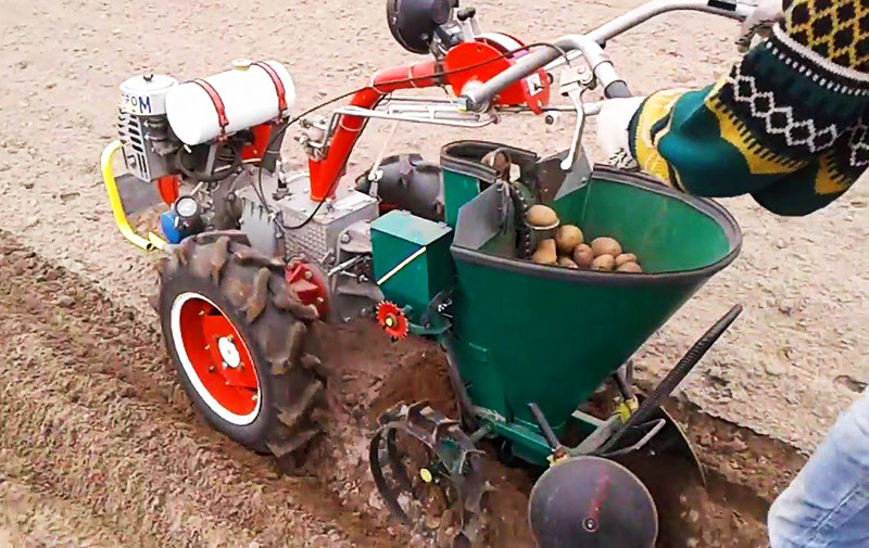 Картофелесажалка в разы ускоряет процесс