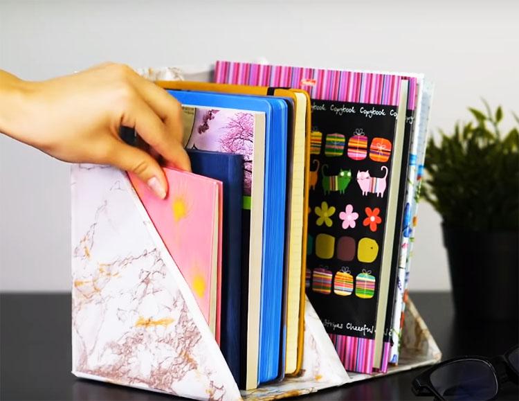 Такая настольная полка вместит в себя ваши книги, журналы или папки. Её можно поставить на стол школьника, хранить в ней кулинарные рецепты в кухонном шкафчике