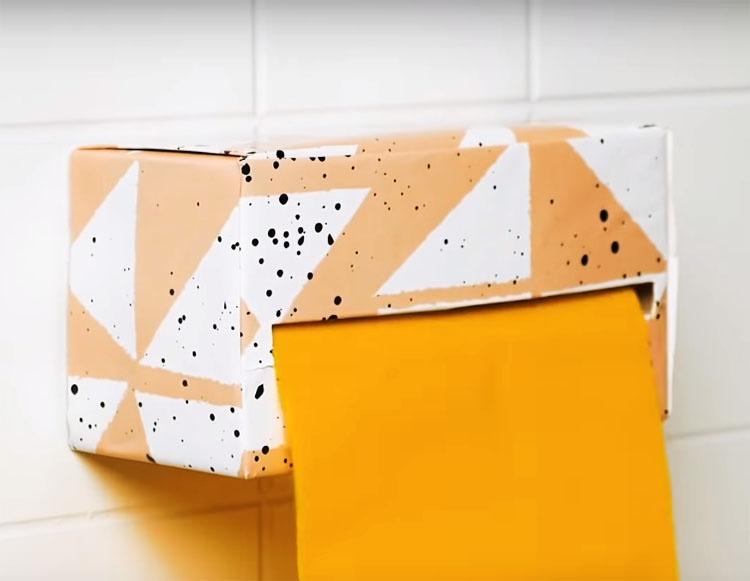 Диспенсер можно закрепить на стене с помощью двустороннего скотча. Чем прочнее вы подберёте коробку, тем дольше прослужит приспособление