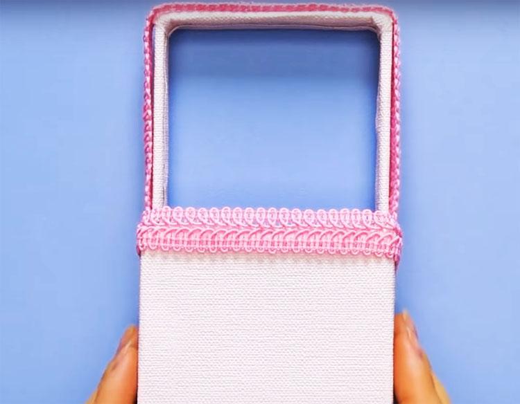 Декорируйте корзинку на свой вкус: можно сделать это тканью, лентами, декупажем, даже бисером или берестой