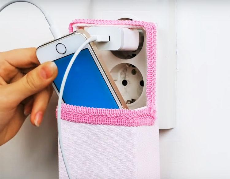 Такая коробочка легко зафиксируется ручкой на зарядке, а размер будет подходящим для вашего смартфона. После полного насыщения аккумулятора зарядное устройство можно хранить в этой же корзинке