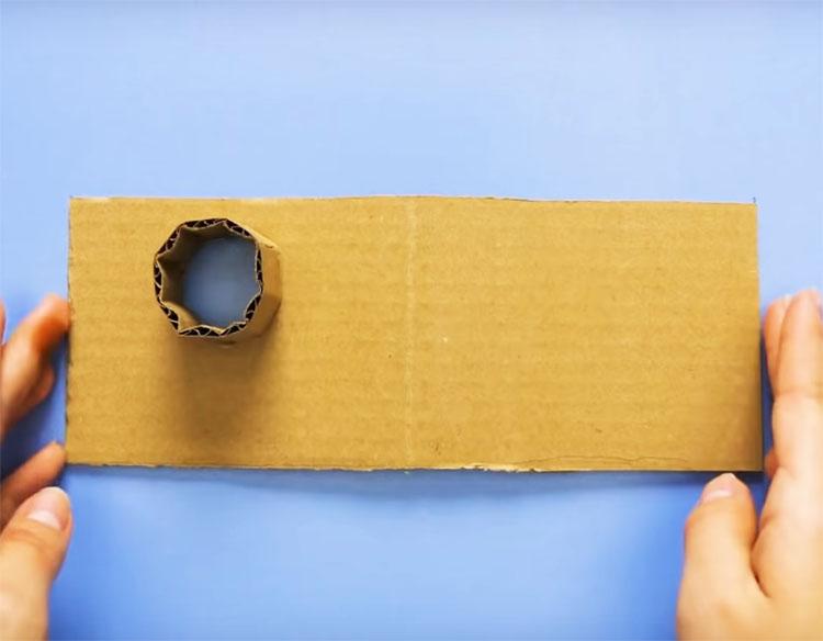 Из такого же картона сделайте крышу домика и трубу такого диаметра, чтобы монетки свободно проходили сквозь неё