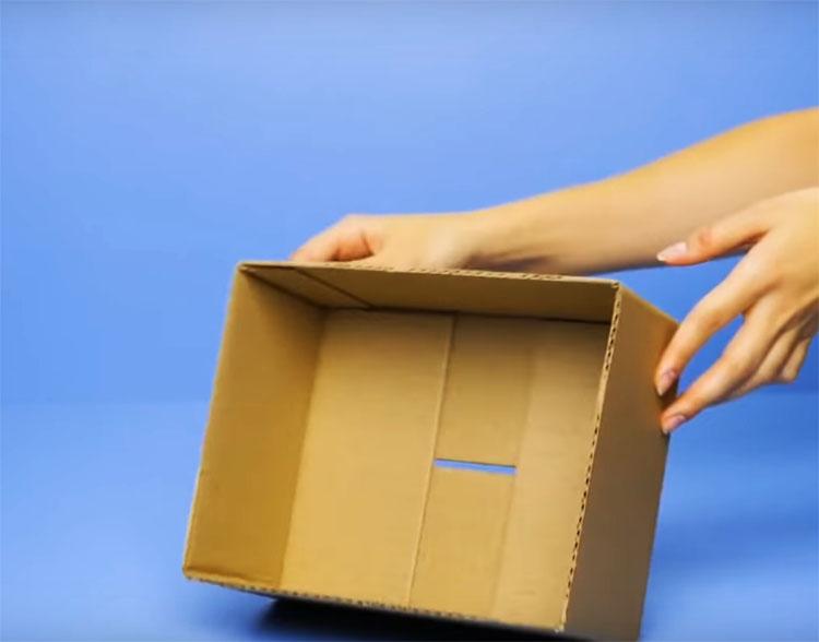 Обрежьте у коробки части, которые выступают в роли крышки, оставьте только картонную ёмкость