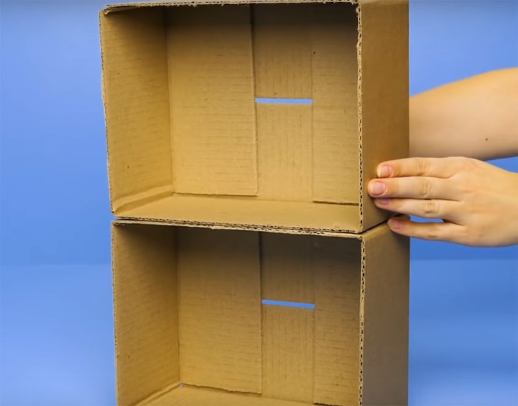 Горячим клеем, ПВА или двусторонним скотчем скрепите коробки вместе боковыми частями