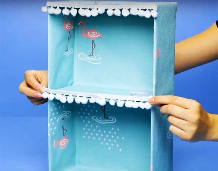 Декорируйте мини-шкафчик остатками обоев или плёнкой с самоклеящейся основой, тесьмой, кружевом или бахромой