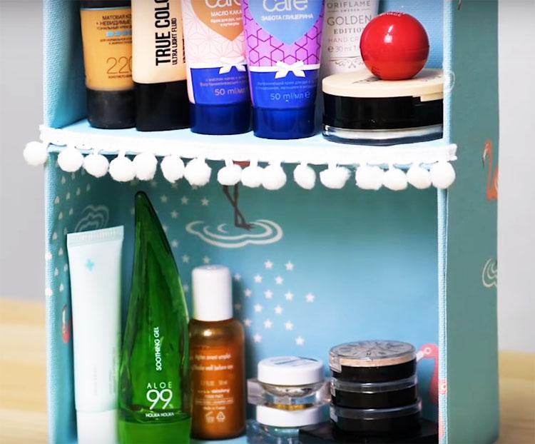 Такой импровизированный шкафчик уютно устроится в вашем будуаре и вместит в себя банки и тюбики, разные мелочи и косметику