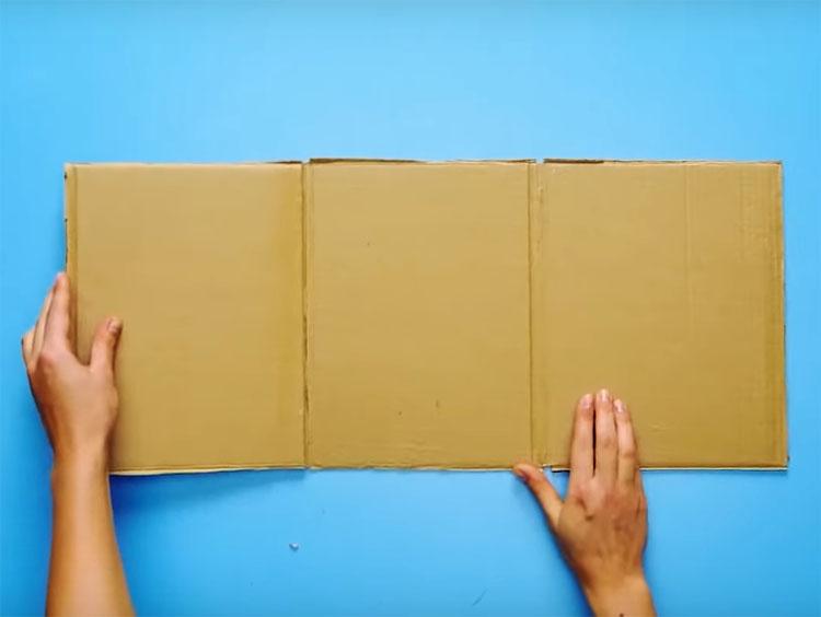 Картонную коробку нужно разрезать так, чтобы оставались три соединённые между собой части