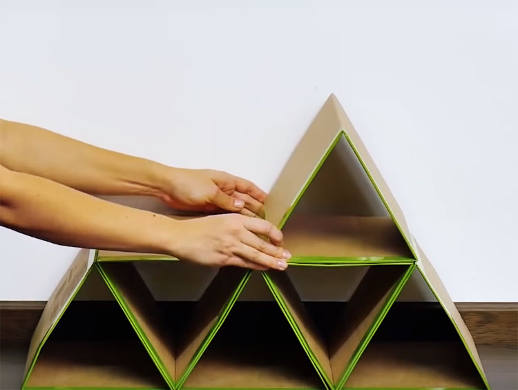 Соберите несколько таких треугольников в общий органайзер Чтобы скрепить их между собой, используйте двусторонний скотч или клей