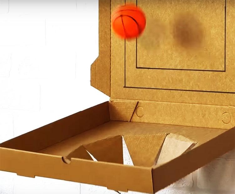 Верхнюю часть коробки закрепите на стене двусторонним скотчем. Чтобы нижняя часть не слишком отвисала и держалась под углом в 90º, добавьте по краям пару поддерживающих лент