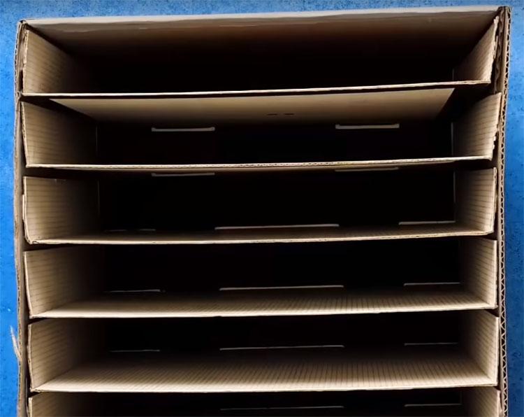 Вставьте половинки коробок в корпус, состоящий из большой упаковки, одну над другой. Для больше надёжности по краям зафиксируйте клеем