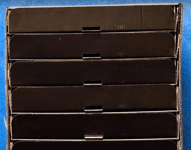Теперь заправьте на импровизированные полки вторые половинки коробок крышкой наружу. Эти части должны быть подвижными и выдвигаться, как ящики
