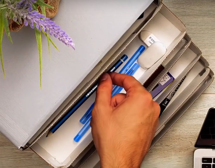 Картонный органайзер можно обклеить плёнкой или остатками обоев, декорировать декупажем или росписью