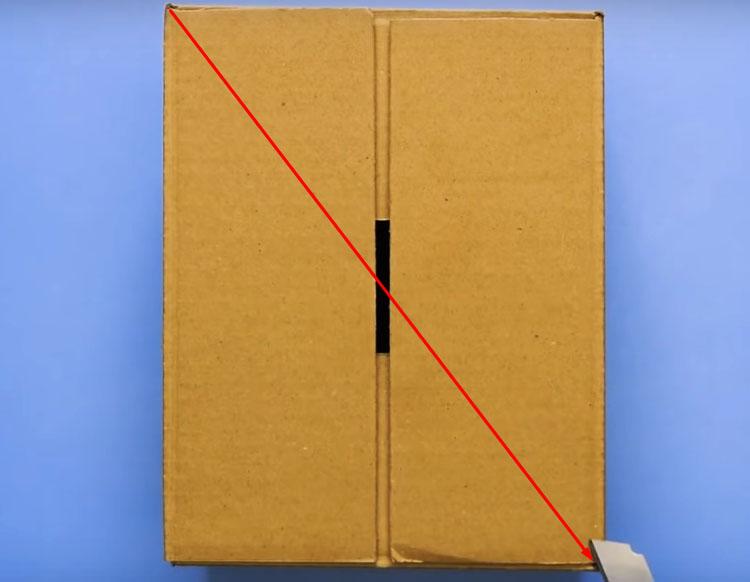 Разрежьте коробку наискосок по линии, отмеченной на фото. Это не сложно сделать ножом