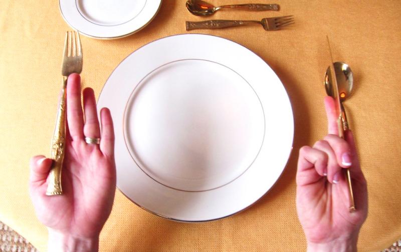 Ножом удобнее пользоваться, если конец ручки будет упираться в ладонь, основание сбоку следует обхватить большим и средним пальцами