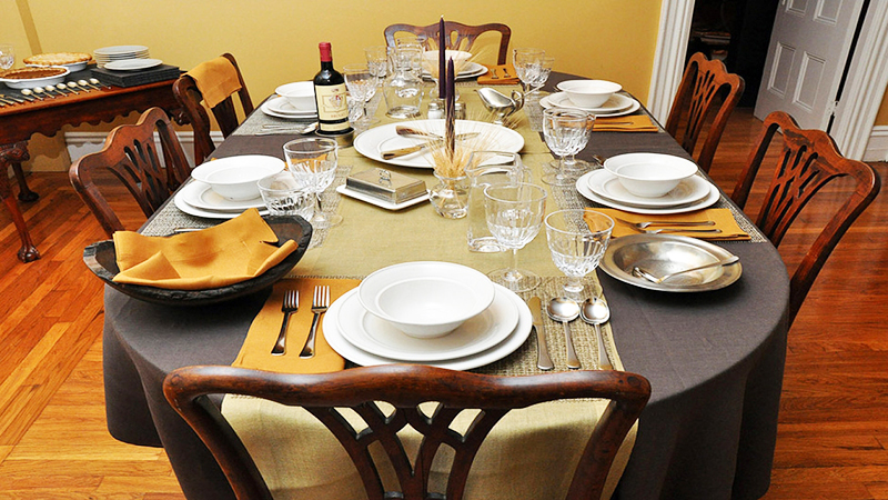 Вместо скатерти часто стол украшают дорожками и подтарельниками