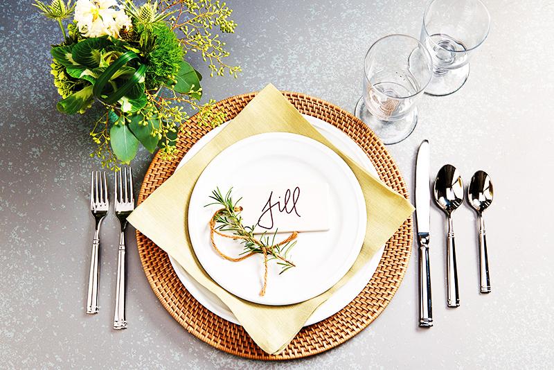 Подстановочную тарелку можно декорировать красивой салфеткой