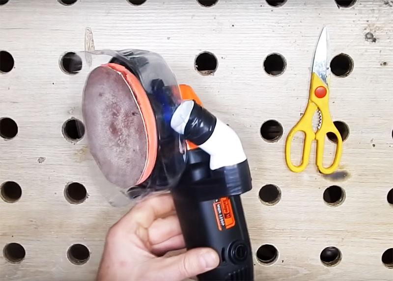 Зафиксируйте лепестки несколькими мотками изоленты. Расположите насадку так, чтобы она была близко к корпусу шлифмашинки