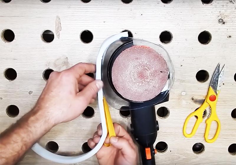 Оберните этой полоской наружный край вашей насадки. При этом поролон должен выступать примерно на 5 мм за край. Теперь, когда вы будете работать инструментом, поролон буде приминаться и плотно закрывать все щели. Он не даст пыли разлетаться в стороны