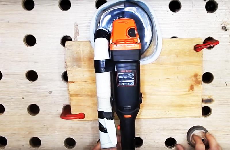 Теперь нужно только присоединить шлифовальный инструмент к пылесосу и начать работу. Преимущество насадки вы заметите сразу. Не просто будет чисто, но и наждачная подошва будет меньше забиваться, потому что пыль сразу будет поступать в пылесос