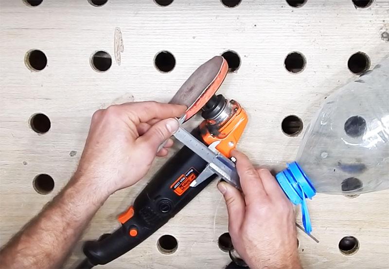 Предварительно вам нужно определить расстояние от головки шлифовального инструмента до подошвы насадки. Это расстояние и будет взято за основу для обрезания бутыли