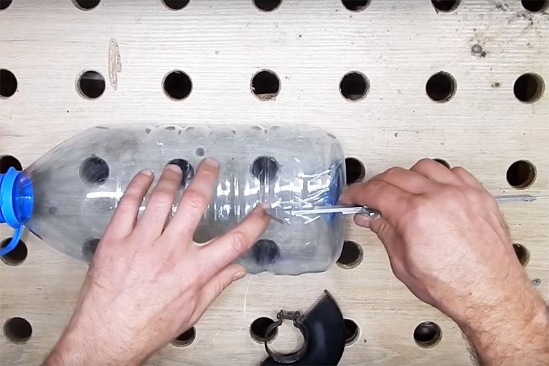Отмерьте искомую длину от донышка бутыли и отрежьте по кругу. Удобнее ориентироваться по круговым рискам, даже не нужно рисовать линию. Режьте с небольшим запасом на всякий случай