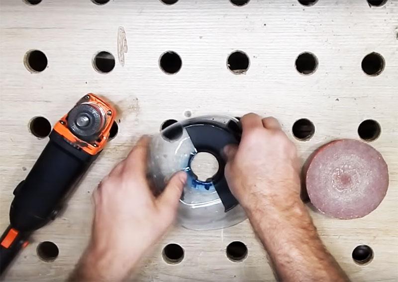 Вставьте стандартную защиту внутрь заготовки из пластика так, чтобы кольцо хомута прошло в отверстие