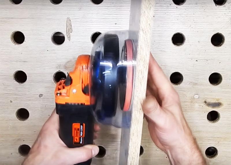 Проверить правильность края легко: приложите шлифмашинку к плоской поверхности. Через прозрачный пластик будут хорошо видны все огрехи обрезки