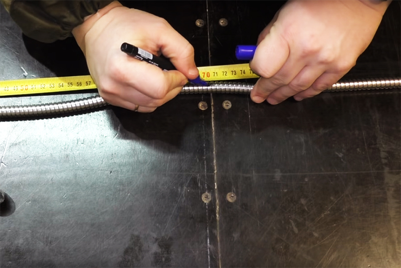 Отмерьте длину шланга примерно в 70 см и отрежьте лишнее. Гофра легко режется ножницами по металлу или ножовкой