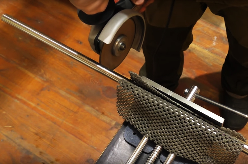 Для фиксации лампы вам будет необходим металлический прут. Это может быть тонкая труба или арматура, выберите что-то подходящее. Лучше использовать трубу, потому что сквозь неё можно продеть провод. Труба должна быть такого диаметра, чтобы гофра с усилием вставлялась в неё или одевалась сверху
