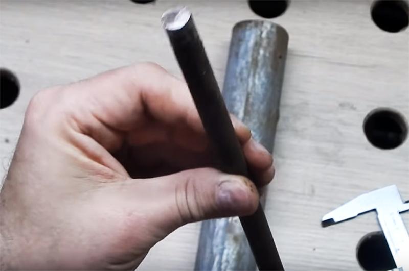 Ещё для изготовления инструмента вам нужен металлический стержень, который фиксируется в патроне дрели. Это может быть кусок металлической арматуры