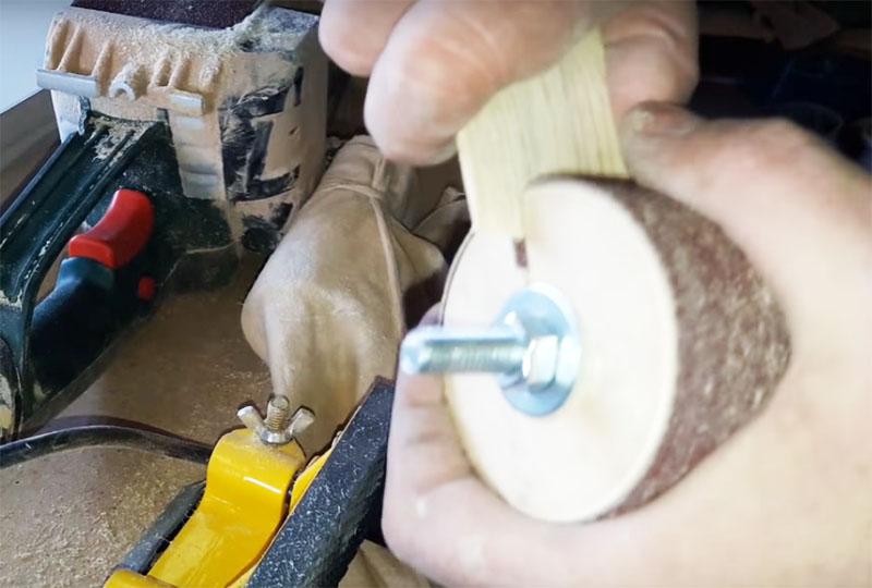 Чтобы надёжно зафиксировать ленту, используйте клинья. Их можно сделать из обычной доски. Наточите её край, заправьте в щель барабана и просто обломите лишнее