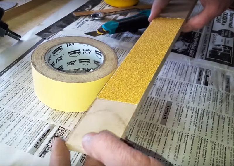 Для выполнения этой задачи автор приготовил простое приспособление – это ровная доска с наклеенной на неё на двусторонний скотч наждачной бумагой