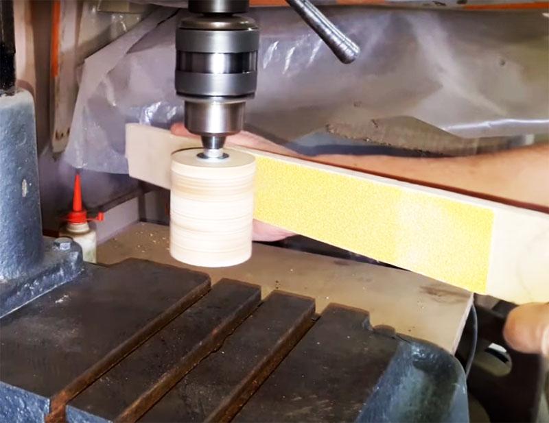 Процесс выравнивания поверхности барабана значительно упростит стойка для дрели. Барабан закрепляется на дрель в вертикальном положении и шлифуется в процессе вращения